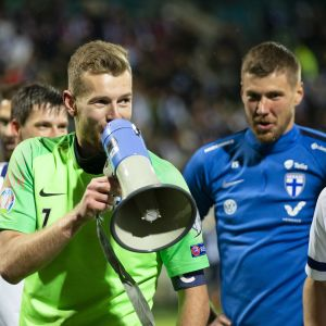 Huuhkajien maalivahti Lukas Hradecky tarttui megafoniin tiistai-iltana, kun Suomi iski kaksin käsin kiinni EM-kisapaikkaan Armenia-voiton jälkeen.