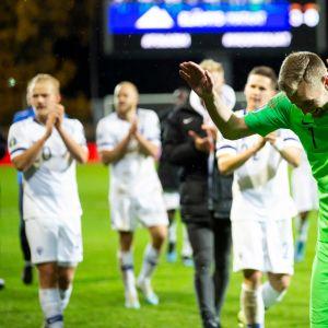 Huuhkajat otti tiistai-iltana yleisön mukaan riemukkaan Armenia-voiton jälkeen.