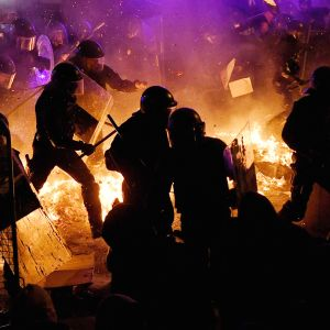 Mielenosoittajia ja mellakkapoliiseja Barcelonassa.