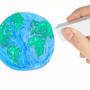 Piirrettyä maapallon kuvaa kumitetaan pyyhekumilla pois valkoiselta pohjalta.