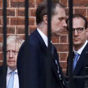 Britannian pääministeri Boris Johnson kuvattiin lähtemässä pääministerin virka-asunnolta Downing Street 10:stä keskiviikkona.  Johnson neuvotteli sopimusluonnoksesta molempen tahojen kanssa keskiviikkona, mutta toistaiseksi tuloksetta.