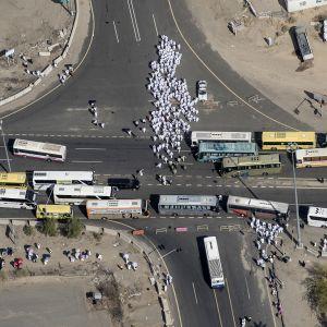 Pyhiinvaeltajia mekan läheisyydessä Saudi-Arabiassa.