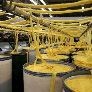 Keltaista lankaa Novitan tehtaalla.