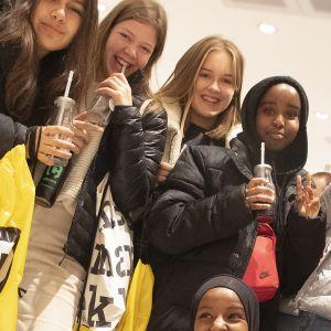 Tytöt kauppakeskuksen avajaisissa.