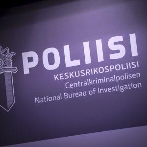 Keskusrikospoliisin tunnus KRP-talolla Vantaalla.