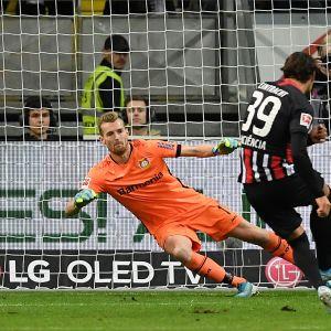 Frankfurtin Gonçalo Paciência ohittaa pilkulta Leverkusenin Lukas Hradeckyn.