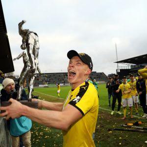 Ilmari Niskanen tuulettaa Veikkausliigan mestaruuspokaali sylissään Turussa viimeisen ottelun jälkeen.