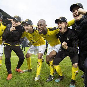 KuPS:n pelaajat juhlivat mestaruutta jalkapallon Veikkausliigan mestaruusottelun FC Inter - KuPS jälkeen Turussa lauantaina 19. lokakuuta.