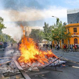 Mielenosoittajia Santiagossa.