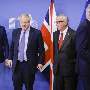 Kuvassa vasemmalta: Stephen Barclay, Boris Johnson, Jean-Claude Juncker ja Michel Barnier