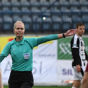 Lina Lehtovaara miesten Ykkönen erotuomari
