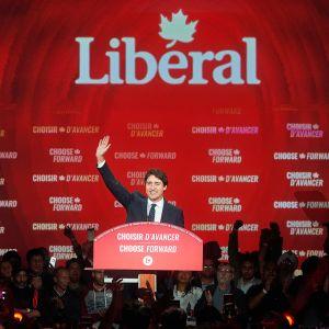 Justin Trudeau juhlii vaalivoittoa kannattajiensa ympäröimänä.