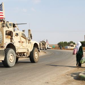 Yhdysvaltain sotilasajoneuvoja matkalla Syyriasta Irakin puolelle.