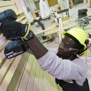 Savon ammattiopiston rakennusalan opiskelija Joseph Alaeldin rakentaa katosta.