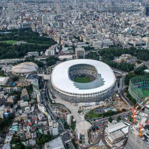 Tokion olympiakisoja varten rakennettu uusi kansallinen stadion on olympiakisojen päänäyttämöjä. Vasemmalla Tokion Metropolitan Gymnasium -areena.