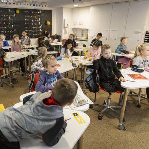 Peruskoululaisia luokassa.