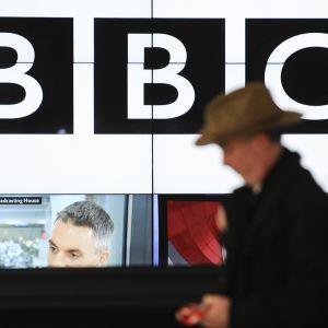 Jalankulkija kävelee BBC:n päärakennuksen ohitse.