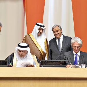 Humanitaarisen avun sopimuksen allekirjoitus YK:ssa 25. syyskuuta 2019.