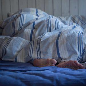 nukkuva nainen peiton alla