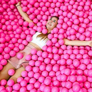 Tyttö nauttii pallomeressä, kun hänet kuvataan 'Cali Dreams '-museossa Düsseldorfissa, Saksassa, 25. lokakuuta. Tässä museossa ei esitetä taidetta, vaan jokaisesta vierailijasta tulee itse taideteos.