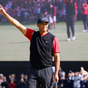 Tiger Woods tuulettaa.
