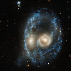 Kasvoja muistuttava sinertävä kohde mustassa avaruudessa.