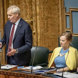 Antti Rinne ja Katri Kulmuni eduskunnassa.