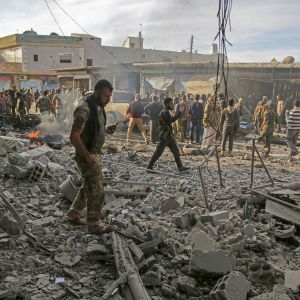 Turkin tukemat syyrialaiset joukot tarkastavat räjähdyspaikkaa.