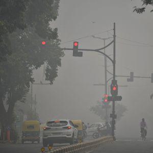 New Delhissä olivat huonot liikenneolosuhteet sunnuntaina 3. marraskuuta savusumun vuoksi.