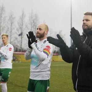 Daniel Sjölund hyvästeli kentät sunnuntaina. Kuvassa myös MIFK-päävalmentaja Peter Lundberg.