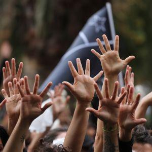 Naisten käsiä ilmassa.