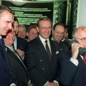 Mihail Gorbatshov puhumassa Moskovaan Nokian Mobira Cityman kännykällä. Kuvassa vasemmalla presidentti Mauno Koivisto, keskellä pääministeri Harri Holkeri.