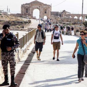 Pohjois-Jordaniassa arkeologisella turistinähtävyydellä tapahtuneessa hyökkäyksessä haavoittui kahdeksan ihmistä.