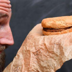 Casey Dean tarkastelee McDonaldsin hampurilaista vuodelta 1995.