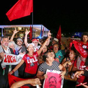 Luiz Inácio Lula da Silvan kannattajat juhlivat oikeuden päätöstä Brasíliassa 7. marraskuuta.