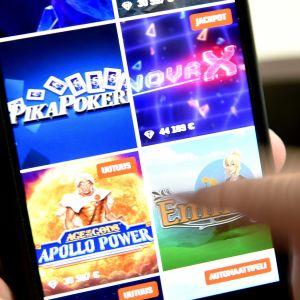 rahapelejä kännykän näytöllä
