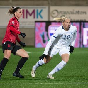 Eveliina Summanen vauhdissa Vaasassa Albaniaa vastaan lokakuussa 2019.