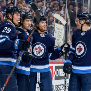 Patrik Laine (vas.), Mark Scheifele, Kyle Connor ja Tucker Poolman.
