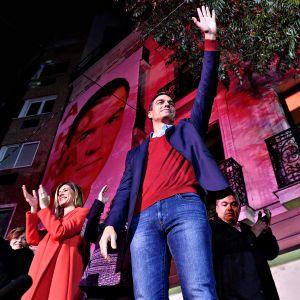 PSOE-puolueen Pedro Sánchez tervehti kannattajiaan Madridissa sunnuntai-iltana 10. marraskuuta 2019.