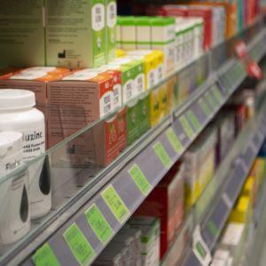 Sinkkitablettipakkauksia apteekin hyllyssä