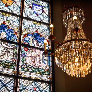 Loviisan kirkon lasimaalaus, jossa kaksi enkeliä.