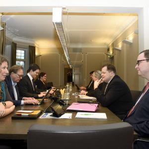 Posti- ja logistiikka-alan unioni PAU:n puheenjohtaja Heidi Nieminen (vas.) ja Palvelualojen työnantajat Palta ry:n toimitusjohtaja Tuomas Aarto jatkoivat postilakon sovittelua valtakunnansovittelijan toimistossa Helsingissä perjantaina 15. marraskuuta 2019.