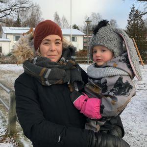 Heidi Pietikäinen ja Tilda (3) ovat aktiivisia Noppa-leikkipuiston käyttäjiä Puumalassa.