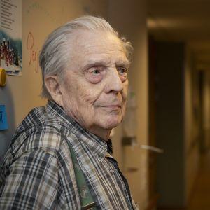 Einari Pesonen hoitokodin käytävällä.