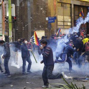 Mielenosoittajat ottivat yhteen turvallisuusjoukkojen kanssa Bolivian pääkaupungissa La Pazissa perjantaina.
