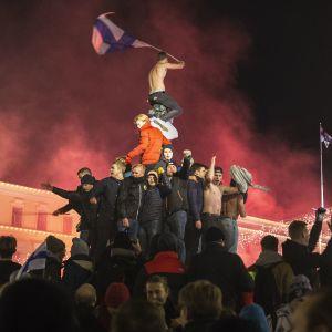 Juhlintaa Havis Amandan patsaan luona Helsingissä.