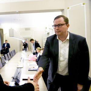 Posti- ja logistiikka-alan unioni PAU:n puheenjohtaja Heidi Nieminen (vas.) ja Palvelualojen työnantajat Palta ry:n toimitusjohtaja Tuomas Aarto jatkoivat postikiistan sovittelua valtakunnansovittelijan johdolla Helsingissä 17. marraskuuta.