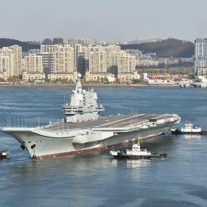 Kiinalainen 001A -tyypin lentotukialus lähdössä Dalianin telakalta.