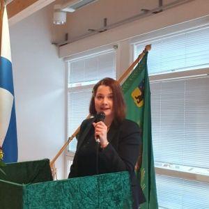 Keskustan Satakunnan piirin uusi puheenjohtaja Satu Pietilä puhuu puhujapöntössä.