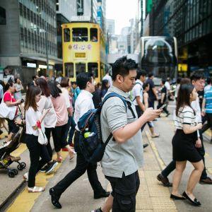 Jalankulkijoita Hongkongin bisnesalueella.